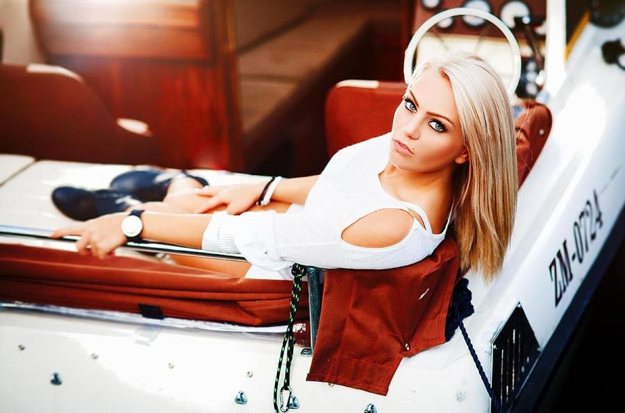 powabna blondynka siedzi na luksusowym jachcie