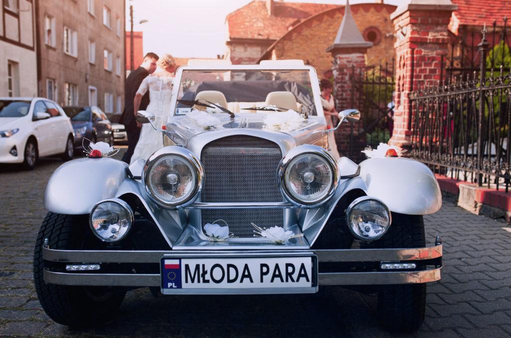 Fotografia zabytkowego samochodu państwa młodych