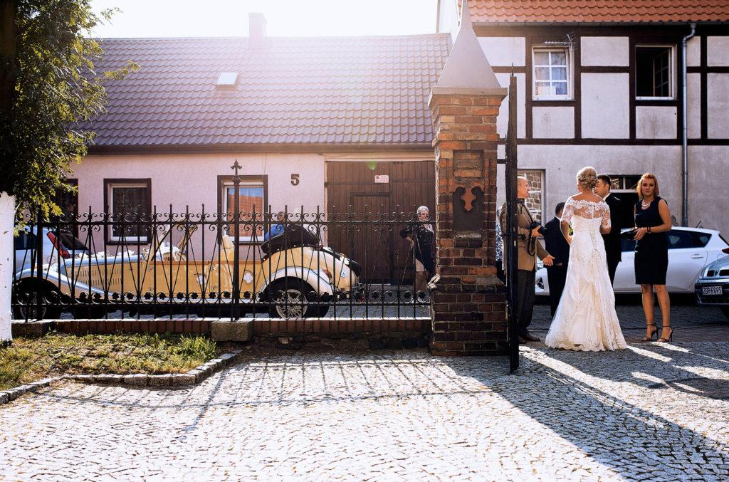 Fotografia młodej pary na chwilę przed wejściem do kościoła