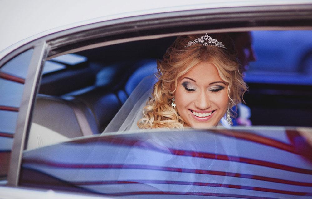 panna młoda w w samochodzie w drodze na ceremonię ślubną